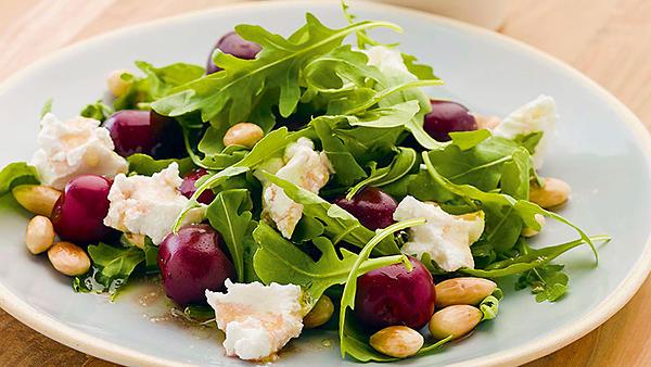Рецепты от Марии Порошиной: салат с черешней и гаспачо с креветками