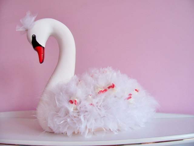 Лебеди из конфет на свадьбу своими руками