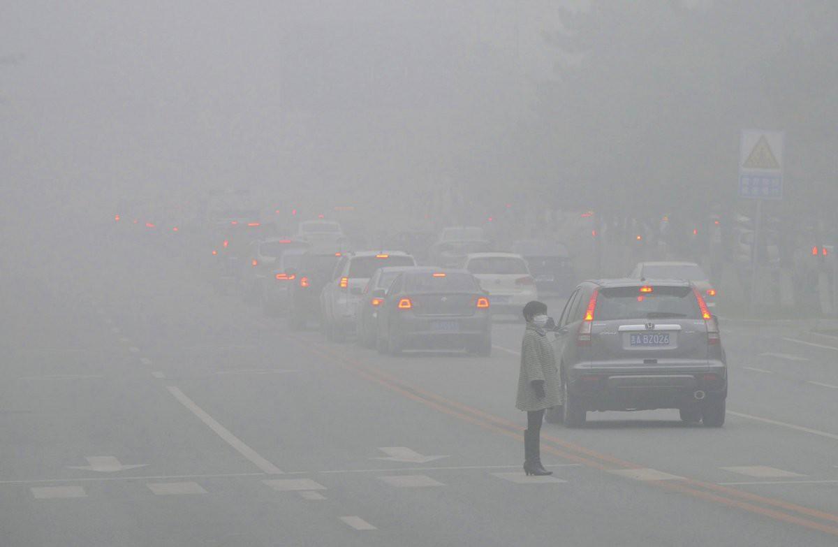 Женщина на улице в городе Чанчунь загрезнение, китай, природа