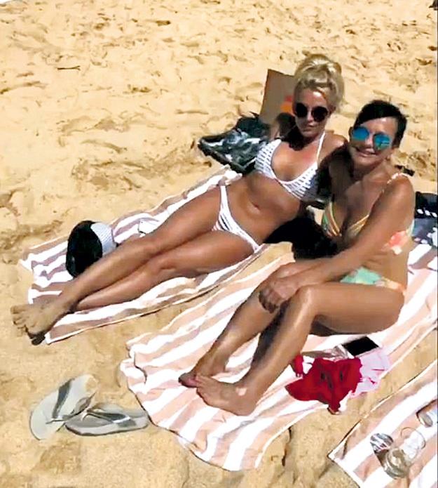 СПИРС провела уикенд на Гавайях с мамой Линн (на фото) и двумя сыновьями (на Бритни бикини от Beach Bunny - $105)