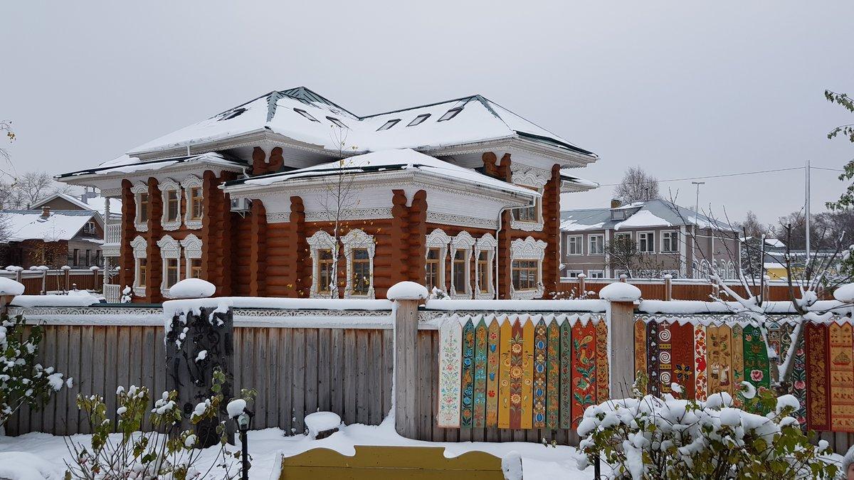 Вид на чей-то домик (похоже просто частный дом) с территории музея