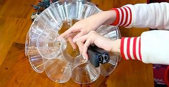 Она всего лишь скрепила пластиковые стаканчики… Смотри, что получится, когда зажжется свет!