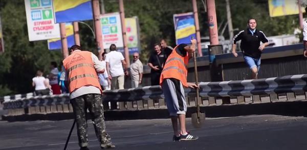 СМИ: На Украине разводной мост по ошибке закатали в асфальт