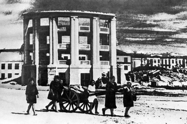 ID: 10632312 Описание: Карельская АССР. Петрозаводск. Жители возвращаются в освобожденный город, 1944 год. Фотохроника ТАСС