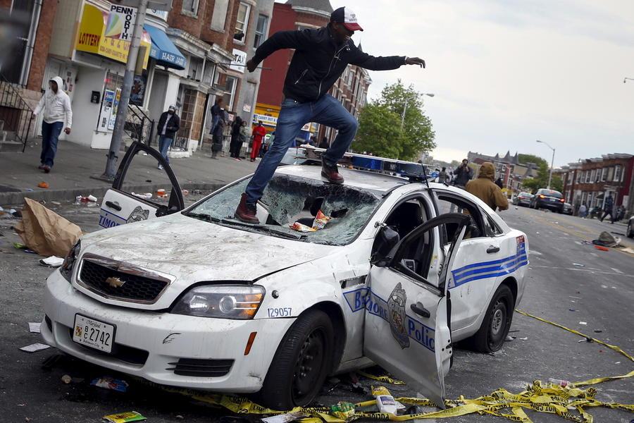 Массовые беспорядки в Балтиморе: город разграблен, 15 полицейских ранены, десятки задержанных