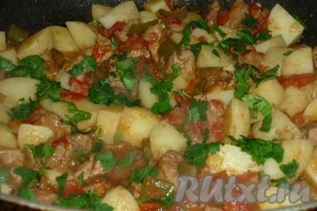 Когда картофель будет практически готов, добавить томатную пасту, зелень кинзы, перец, соль, лавровый лист и уксус.Потушить на огне еще 5 минут.