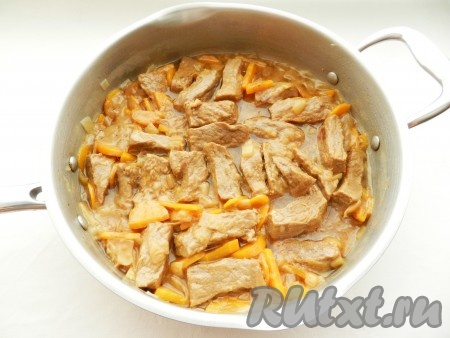 Влить в сковороду бульон (или воду), довести до кипения, накрыть крышкой и тушить на медленном огне примерно 1 час до мягкости мяса.