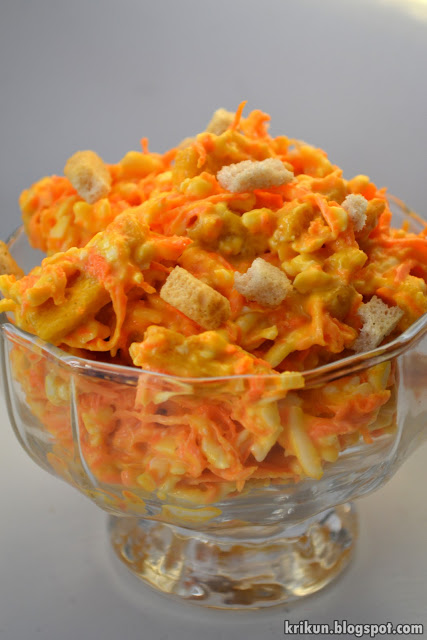 Салат с корейской морковкой кириешками и кукурузой