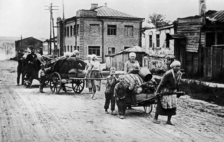 ID: 10632279 Описание: Советский Союз. Белгород. Возвращение мирных жителей домой после освобождения города, 1943 год. Фотохроника ТАСС
