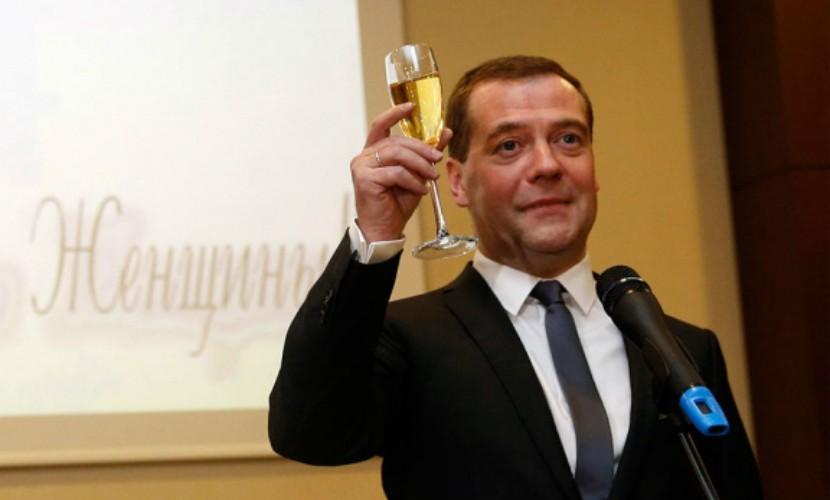 Медведев поздравил россиянок с 8 марта нетрадиционным способом