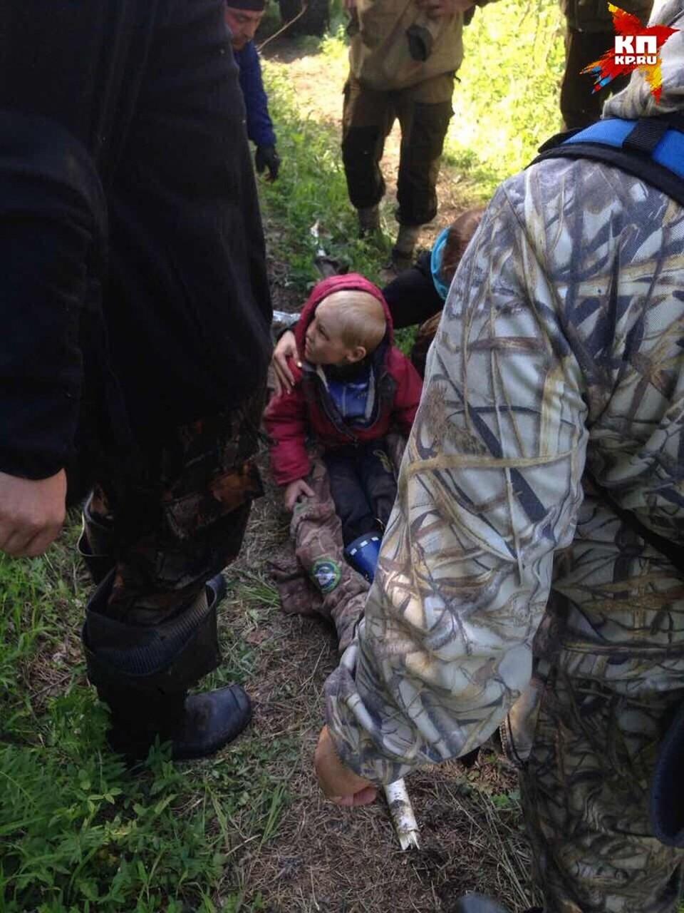 Мальчика вынесли на самодельных носилках Фото: ! Соцсети
