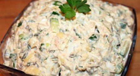 Быстрый салат из рыбных консервов горбуши