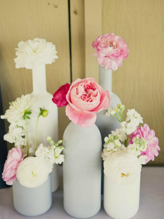 Идеи превращения винных бутылок в стильные и функциональные: Цветные вазы. Раскрашивайте винные бутылки в разные цвета и используйте их как вазы.