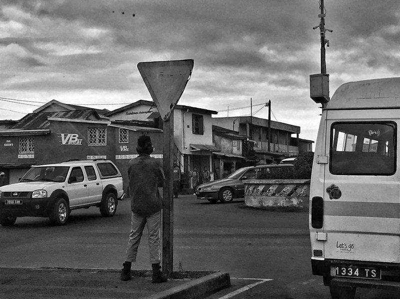 Просто колоритное фото: парнишка мочится на знак ))) Антананариву, африка, беднейшие страны, города Мадагаскара, мадагаскар, путешествие, столица Мадагаскара, столицы
