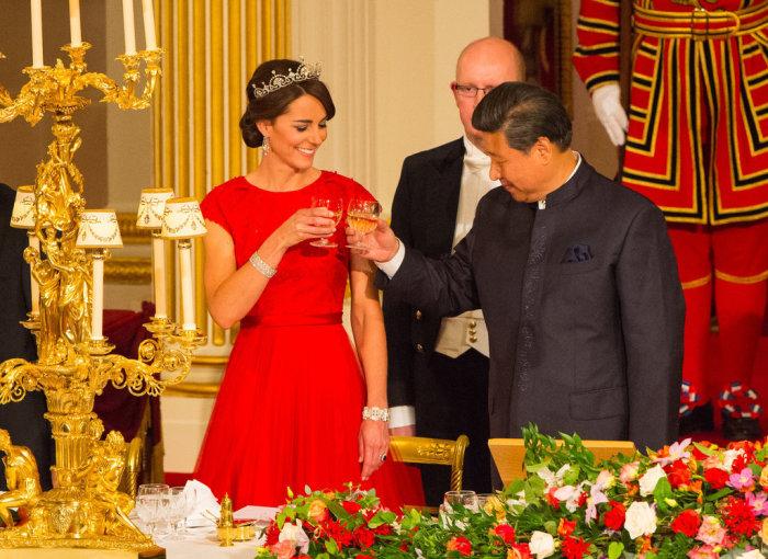 Кейт Миддлтон в ярко-красном платье от британского бренда «Jenny Packham» и диадеме королевы Елизаветы.