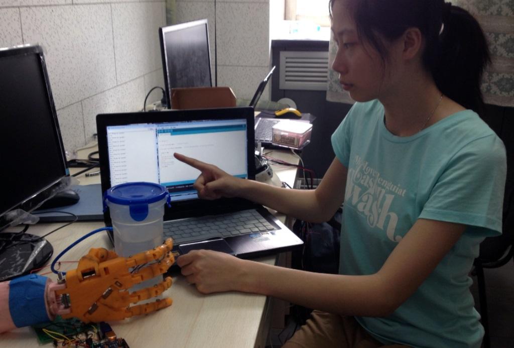 Бионический протез руки научили чувствовать температуру