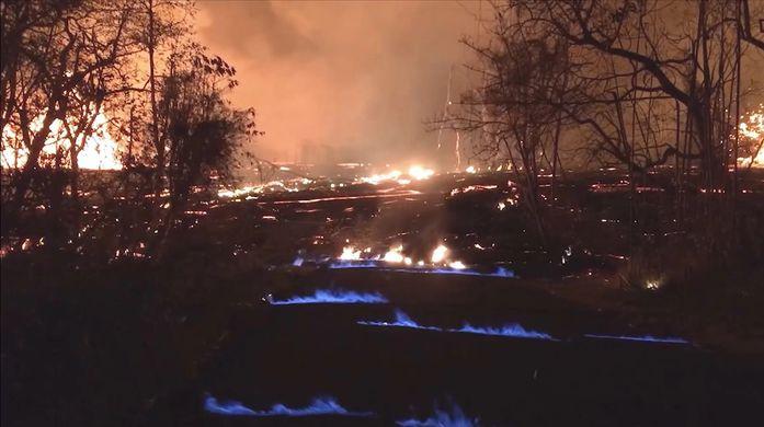 У гавайских вулканов появились мрачные голубые огни