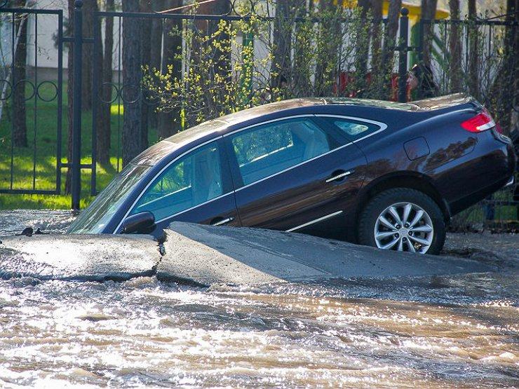 Власти сознательно делают дороги аварийными