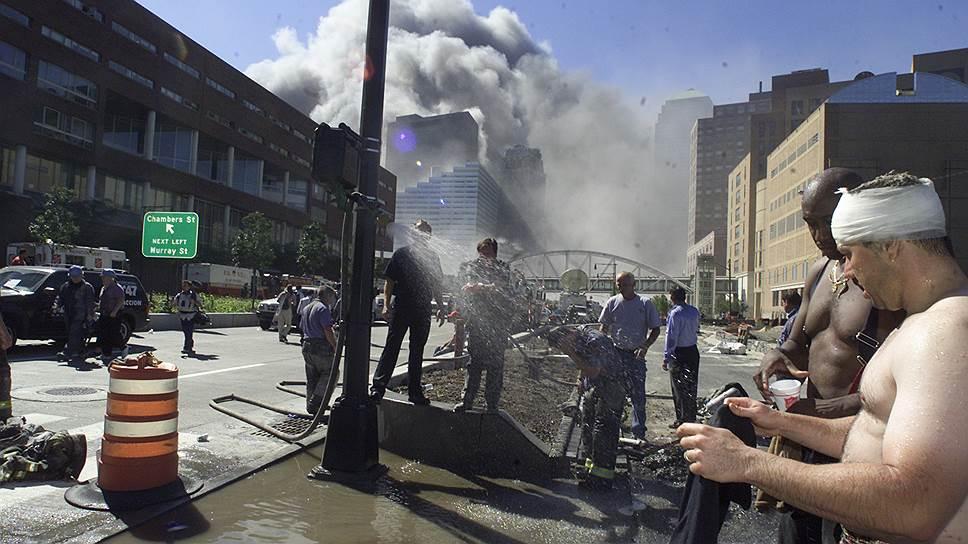 Самолет врезался в южную башню под углом, поэтому одна из лестниц осталась целой, но до обрушения здания через 56 минут после взрыва, ею смогли воспользоваться лишь 18 человек — еще сотни погибли, не сумев спастись