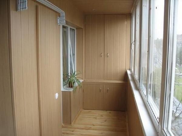 Встроенный шкаф на балконе фото