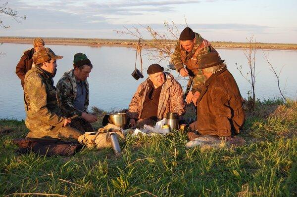 Обычные мужики закинули сети в озеро, а на утро достали клад