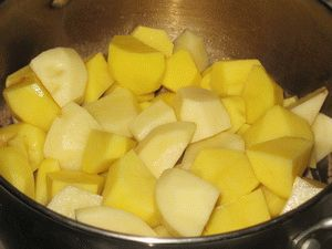 картошку выложить на мясо для тушения
