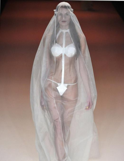 25. Ну, этот вариант чаще всего любят использовать поклонники нудизма Свадебные платья, свадьба