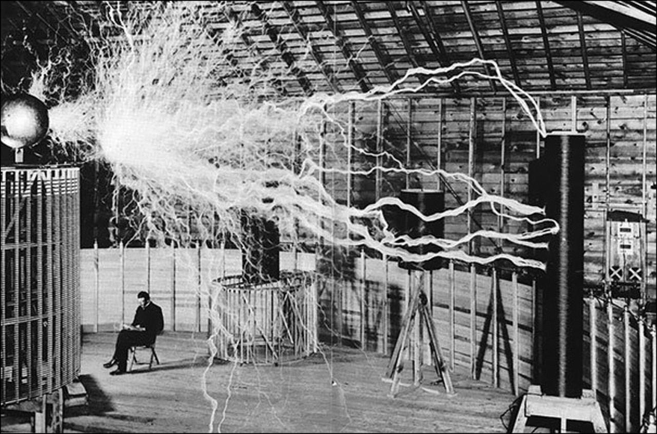 Никола Тесла в своей лаборатории Историческая фотография, история, факты