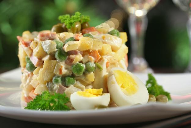 Праздничные салаты: 10 традиционных и современных вариантов