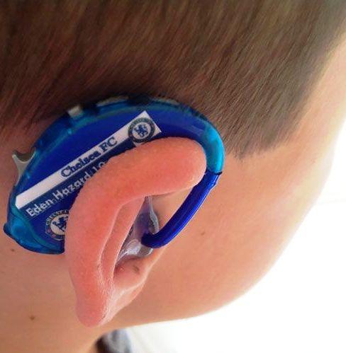 Умница-мама придумала гениальный способ, чтобы её сын-инвалид носил свой слуховой аппарат с гордостью