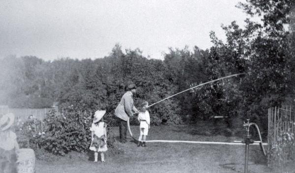 Александр III с детьми поливает деревья в саду. Конец 1880-х гг история, факты