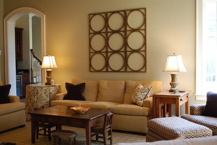 Уютная атмосфера гостиной с таких теплых тонах и с деревянным столиком.
