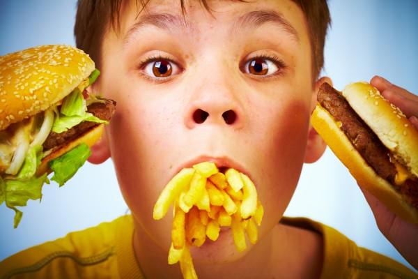 Ученые определили, какая еда наиболее вредна для детей