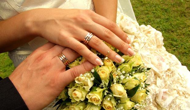Почему обручальное кольцо носят именно на безымянном пальце?