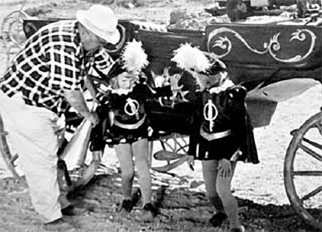 Девочкамблизнецам сыгравших Олю и Яло на момент съемок было всего 9 лет но со своими ролями они справились на отлично