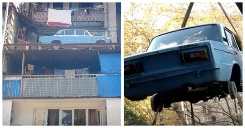 Конец эпохи: с тбилисского балкона спустили старый автомобиль, простоявший там 27 лет