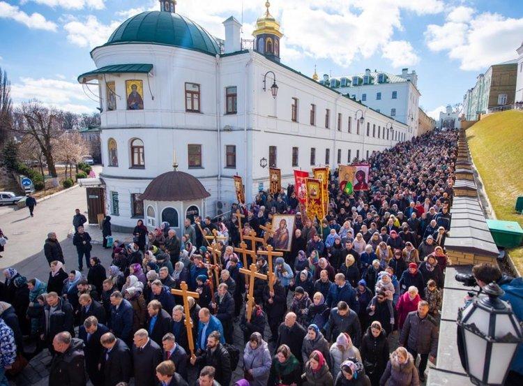 Крестный ход в Киеве: верующие предлагают провозгласить раскольнику Варфоломею анафему
