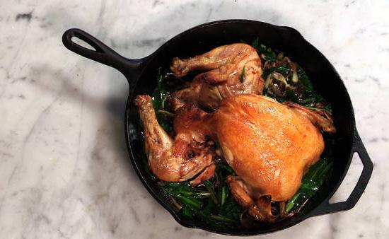 Запеченная на чугунной сковороде курица