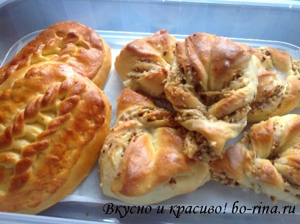 Плюшки с орехами и пирожки с вареньем