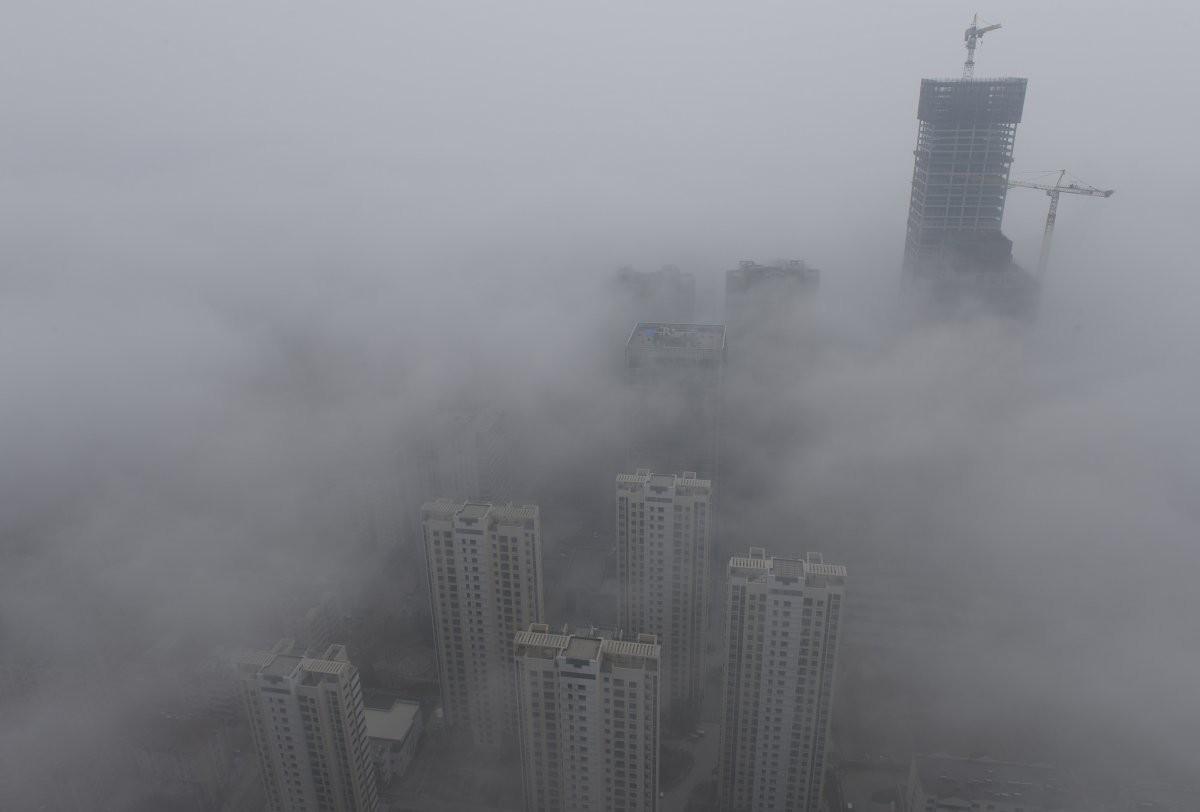 Высотные здания окутаны густым смогом в городе Циндао загрезнение, китай, природа
