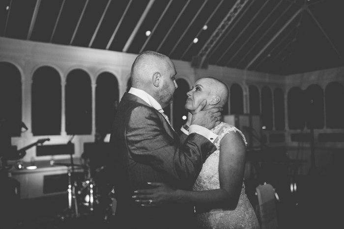 Невеста на свадьбе побрилась налысо в знак любви к жениху, больному раком