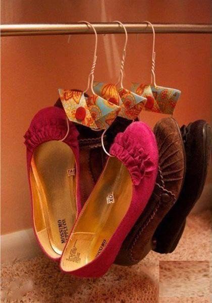 Оригинальная идея для удобного хранения обуви. Очень компактно и аккуратно