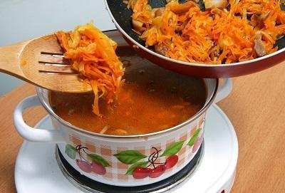 шаг 5, кладем овощи в кастрюлю