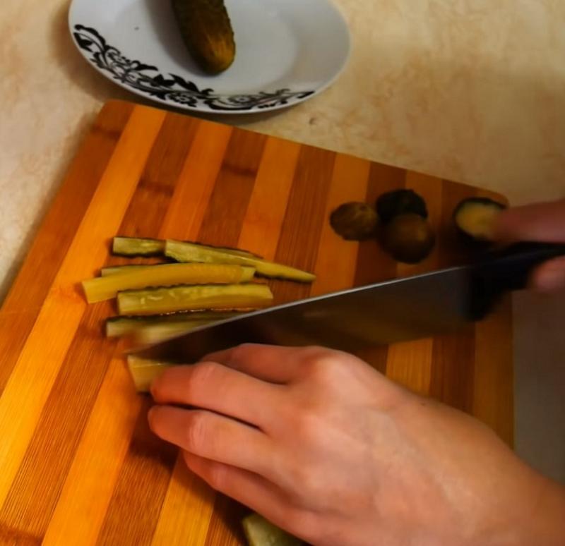 рулетики из свинины с грибной начинкой