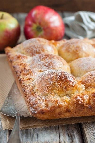 Пирог из творожного теста с яблоками.