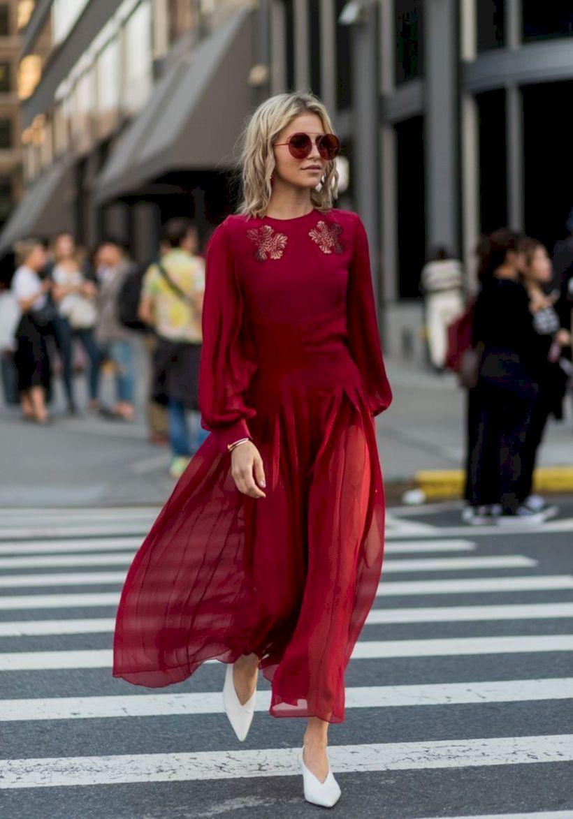 Девушка в красном струящемся платье