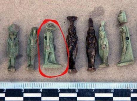 Ящер в космическом скафандреНе так давно мир потрясла удивительная находка, которая особенно пришлась по душе поклонникам теорий о внеземных цивилизациях и их присутствии на нашей планете. В египетской гробнице в Тель Эль-Табила (Дакахлия) помимо трех скелетов и ритуальных амулетов, была обнаружена коллекция фигурок, одна из которых особенно привлекла внимание археологов. Это был ящер в космическом скафандре, ни на что другое эта статуэтка не была похожа. Что это? Кто это? Пока неизвестно.