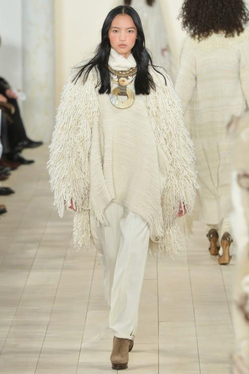 Ralph Lauren осень-зима 2015-2016, NYFW, knitwear, Неделя моды, вязана мода, белое вязаное пончо с бахромой (фото 17)