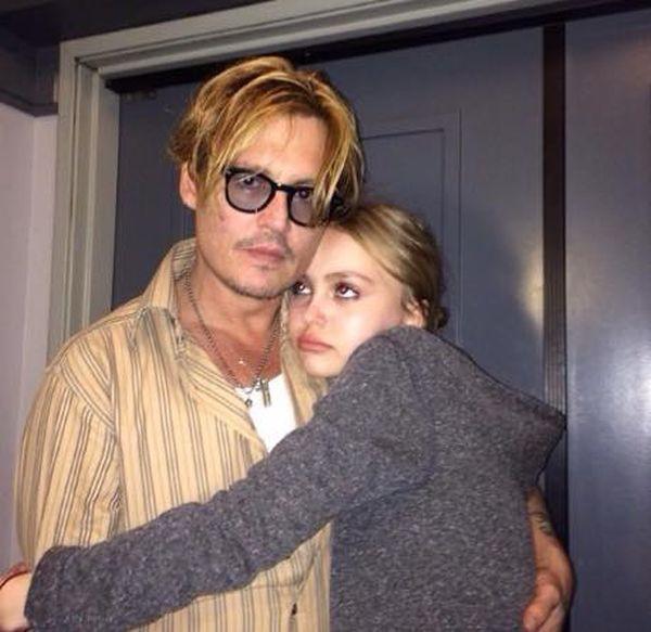 Это дочь Джонни Деппа. Зовут ее Лили-Роуз Мелоди Депп дочь, угадайка