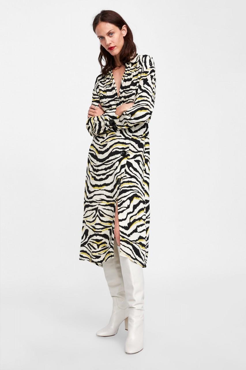 Модель в платье с принтом зебра